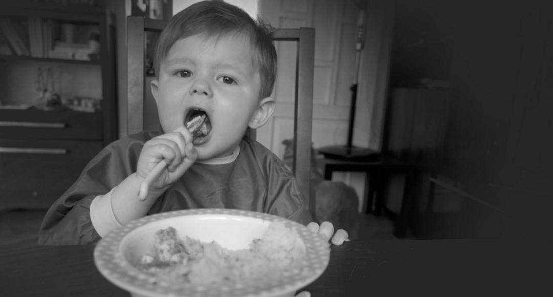 Nauka samodzielnego jedzenia.