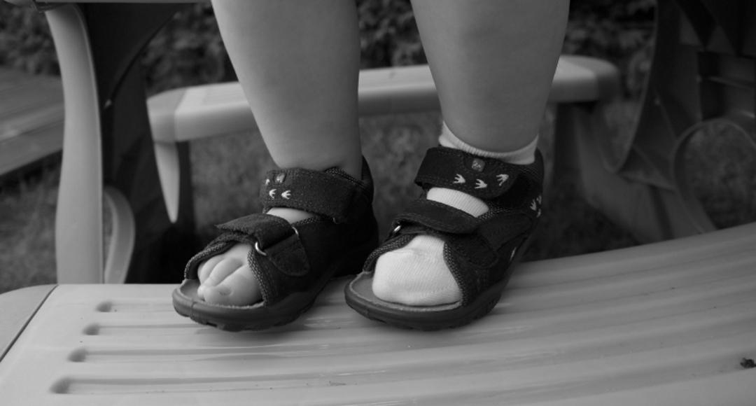 Czy zakładać dziecku skarpetki do sandałów?