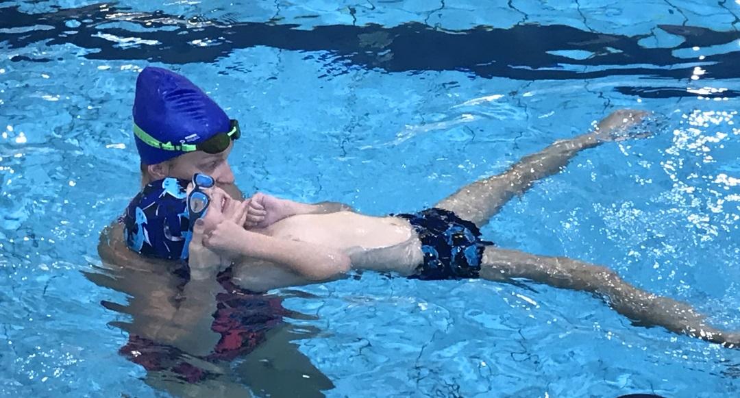 Nauka pływania: w grupie czy indywidualnie? #ŻabekNaBasenie